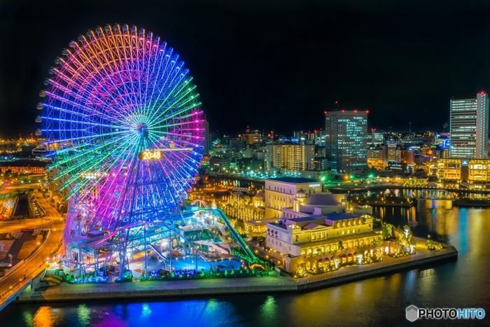 横浜にある【コスモワールド】も、大人も子どもも楽しめるテーマパーク。昼間はアトラクションを楽しみ、夜は涼しい海風とキラキラのイルミネーションを堪能できます。付近にショッピングセンターや飲食店も多いので、一日中たっぷりと楽しめますよ。