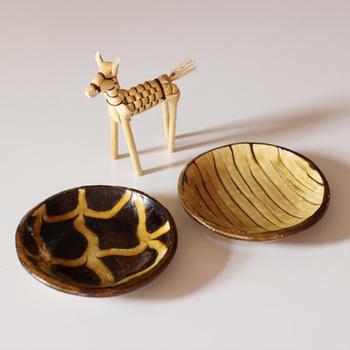 小皿に描かれた模様は、ひとつずつ違った味わいがあって素敵ですね。モダンな雰囲気も感じられて、デザインの素敵さが際立ちます。