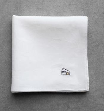 """すべての商品に、""""家""""を模ったHUIS.のロゴ刺繍があしらわれています。 画像は細い糸を丁寧に織り、柔らかさと滑らかな肌触りを出した「なめらかコットンハンカチ」。"""