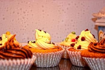 アメリカのTVドラマシリーズ「Sex and the City」から始まったと言われているカップケーキ旋風。小さなカップケーキのうえにカラフルなクリームやフルーツがちょこんと乗っているのは、本当に可愛らしいですよね。いろいろなアレンジのカップケーキデコレーションをみかけますが、意外と簡単に作れるものもあるんです。
