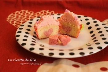 バレンタインに贈りたいカップケーキデザイン。切り分けると、中にはハート型。2度喜びを感じられるカップケーキです。