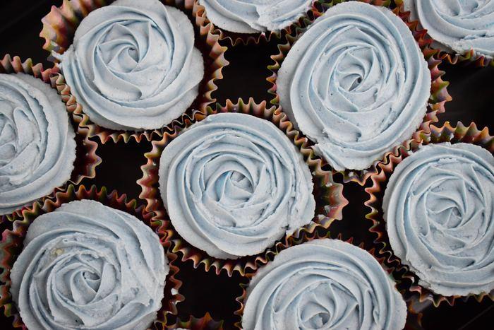 まずは本体のカップケーキ作りから。ふわふわに膨らむレシピとホットケーキミックスを使ったもの、時間のない時には電子レンジでつくるお手軽レシピもどうぞ。