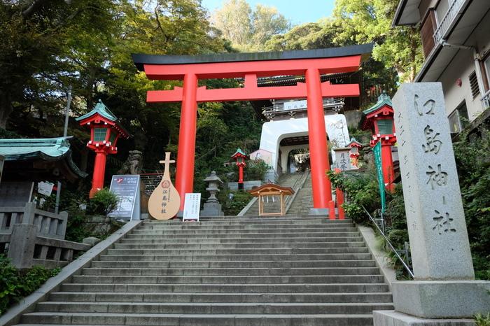 スパや灯台もありますが、江の島には写真の「江島神社」の他、「辺津宮」「奉安殿」「中津宮」「奥津宮」「八坂神社」「児玉神社」など多くのパワースポットが周囲4キロほどの島に、多く点在しています。