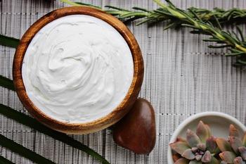 カップケーキではバタークリームがよく使われます。 バタークリームは美しい形を保ちやすく、日持ちもします。勿論、生クリームやクリームチーズ、ヨーグルトなどを使ったりも・・・。日持ちが必要か、どんな味にしたいのかなどから色々な選択があります。生クリームはお馴染みだと思いますのでここではバタークリームのレシピをどうぞ。