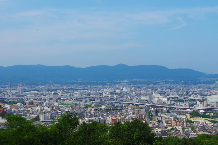 京都の街並みが一望できるポイントも。ここでも、まだ中腹あたり。もちろん、履きなれた靴で出かけましょう。