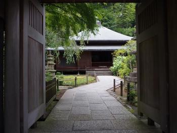 JR北鎌倉駅から徒歩4分、かつては縁切り寺・駆け込み寺として多くの女性を救済していた「東慶寺」。縁切りが「悪縁を絶ち、良縁を結ぶ」と転じ、縁結びへの第一歩を踏み出すということで注目を集めています。