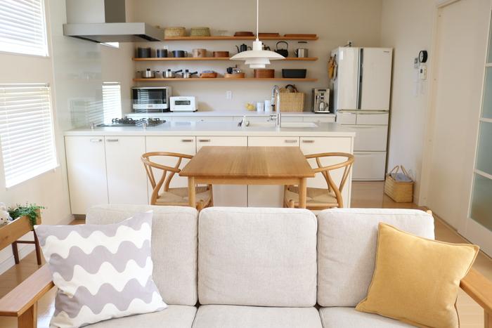 基本の3色に、わが家のテーマカラーでもある、大好きな「黄色」をちょこっと足して。 オープンタイプのキッチンなので、リビングのインテリアとのつながりも意識するようにしています。