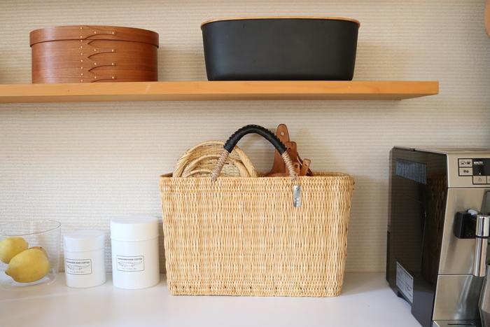 キッチンでは、ざるやカッティングボードをまとめて。 湿気が大敵な天然素材のアイテムも、通気性の良い『かご』なら安心して収納できます。こちらは「ワランワヤン」さんのかごバッグ。