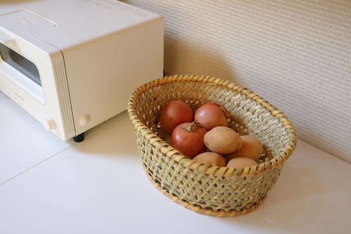 木製の器や、大切な作家さんの器などを干す時に大活躍の『椀かご』は、水切りとしてだけでなく、食器の収納や根菜類の保存にも使えます。