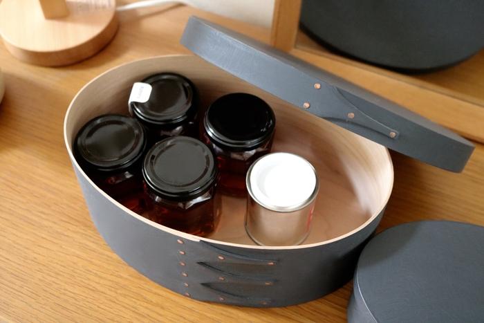リビングでは家具のメンテナンスオイルを収納。 小さいサイズのシェーカーボックスには、病院で処方されたお薬を入れることも。テーブルやキッチンなど目につきやすい場所へそのまま移動させて、飲み忘れを防いでいます。