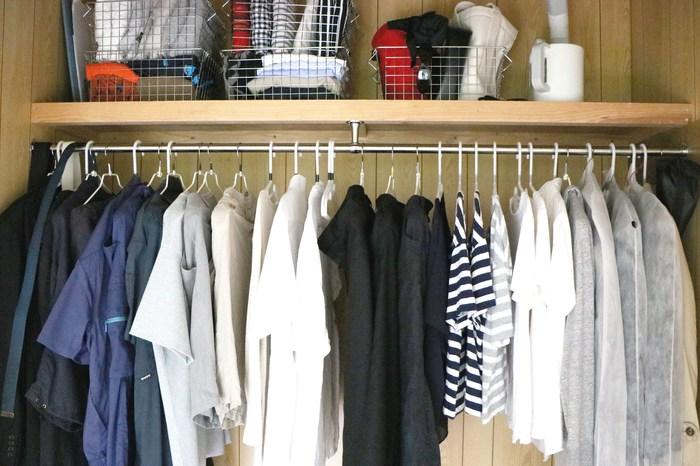 クローゼットでは、洋服は吊るして収納し、バッグやオフシーズンの服は無印良品の『ステンレスワイヤーバスケット』に入れて収納しています。以前は、バッグはバッグの中に入れて収納していましたが、中に何が入っているか分からないと、家族からのクレームが。  オフシーズンの衣類も同様。中が見えない衣類ケースの使用をやめ、中が見える収納に変えたことで、「あの服どこ?」「あのバッグ出して」と言われなくなりました。