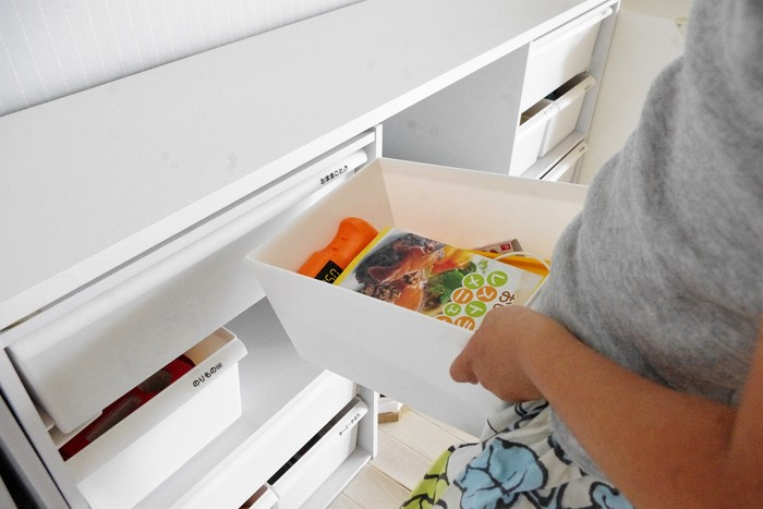例えば、『レストランごっこ』のときに使うおもちゃと、『お買い物ごっこ』の時に使うおもちゃは、レジやお金など共通するものがあるので同じボックスに収納しています。  使うときはボックスごとおもちゃを持ち出し、片付けるときもボックスごと収納場所に戻すだけ。単純な仕組みなので子供にも分かりやすいようです。