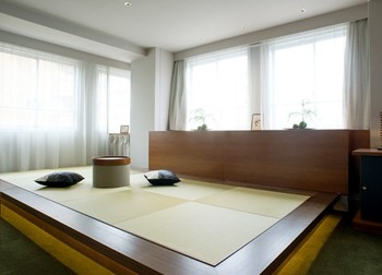 旅館をモダンにアレンジしたお部屋は、ほっと和む畳スペースにお布団を敷くスタイル。畳の上でごろりと、くつろぎの時間を過ごしてみませんか?