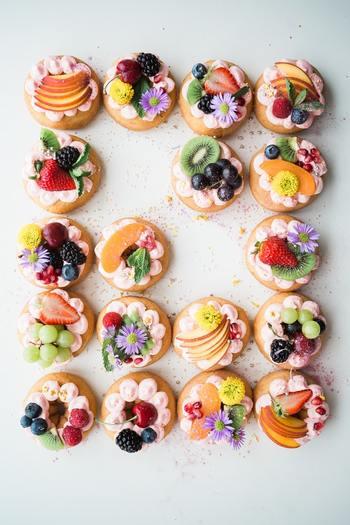 クリームも良いですが、フルーツや花の組み合わせも素敵。