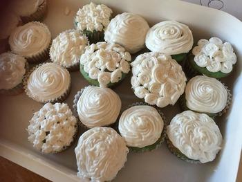 白のクリームひとつでも、レースのようなカップケーキができあがります。