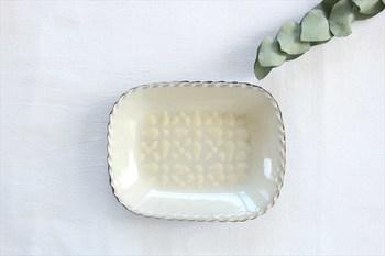 ミルクのような色合いが素敵なこちらのお皿もスリップウェアの技法を使って作られています。幾何学模様の白いお皿は、優しい雰囲気で、お料理にお菓子にと幅広く使えそうですね。