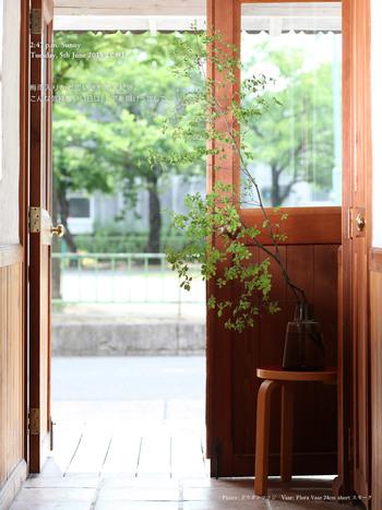爽やかなグリーンが玄関にあると、気持ちよくお客様をお出迎えできますね。枝は長めのものと短めのものを組み合わせると、アレンジに立体感が生まれます。