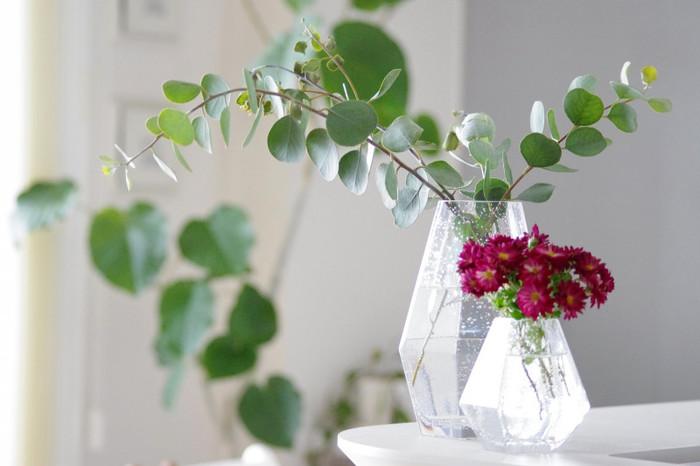 フレッシュなグリーンをガラスのフラワーベースに飾ると、グリーンの活き活きとした美しさが際立ちます。ビビッドカラーのお花とのコントラストも素敵ですね。