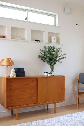ボリュームたっぷりにアレンジメントしたユーカリが、お部屋にフレッシュな爽やかさと奥行きを与えています。