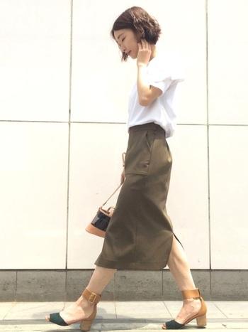 女性らしい印象をつくるのにおすすめなのは、やっぱりスカートスタイル。ロング丈のタイトスカートなら、ぐっと大人な印象になりますね。