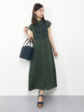 襟元の刺繍が印象的なワンピース。ハイウエストの切り替えが、足を長くスタイルアップしてくれます。