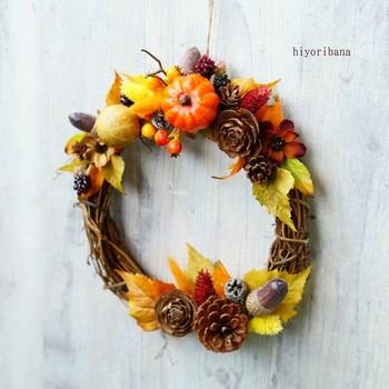 イメージはハロウィン?!秋の実りのかぼちゃがかわいいリース。かぼちゃと、木の実のシンプルさが美しい。