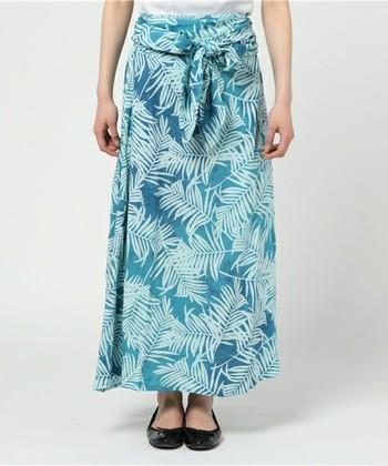 フラダンスを楽しむ方に人気のサッシュスカート。スカートに帯のようなものがついていて、巻スカートやワンピースなど、20種類以上の着こなしが楽しめます。