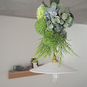 シンプルな照明にグリーン系のスワッグをアレンジして。飾る時は、照明の傘とプラグに当たらないよう注意しましょう。