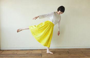 ダブルガーゼの明るいイエローが気持ちまで上向きにしてくれそうなこちらのスカート。実は直線裁ちで自分で作ることができるスカートなんです。ふわふわガーゼの質感には素足がよく似合います。