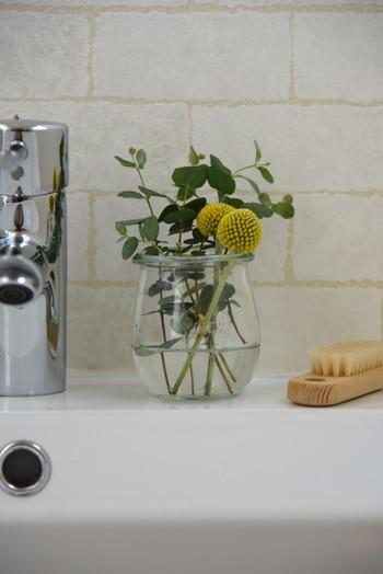 洗面所にも小さなグリーンを飾ってみましょう。こちらはweckの瓶を使ったアレンジ。ちょこっとグリーンがあるだけで、気持ちが安らぎますよ♪