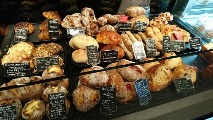 黒壁の店内に美味しそうなパンが際立つように並ぶ素敵な店内。並んでいるパンの種類は少し違いますが、美味しさは変わらず絶品です。
