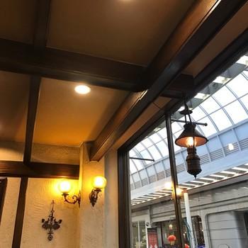 昭和35年創業の老舗コーヒー専門店「元町サントス」は、神戸元町のアーケドの中にある2階建てのレトロな喫茶店。喫煙OKなので1階はおじさま方で混んでいるそうですが、街並みを見下ろせる2階は比較的ゆったりできるようです。