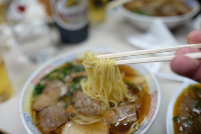 【登山後に頂くなら、お腹にガツンと響くのが一番!画像は、昭和の香り漂う京都の人気食堂・篠田屋の「チャーシュー麺」。】