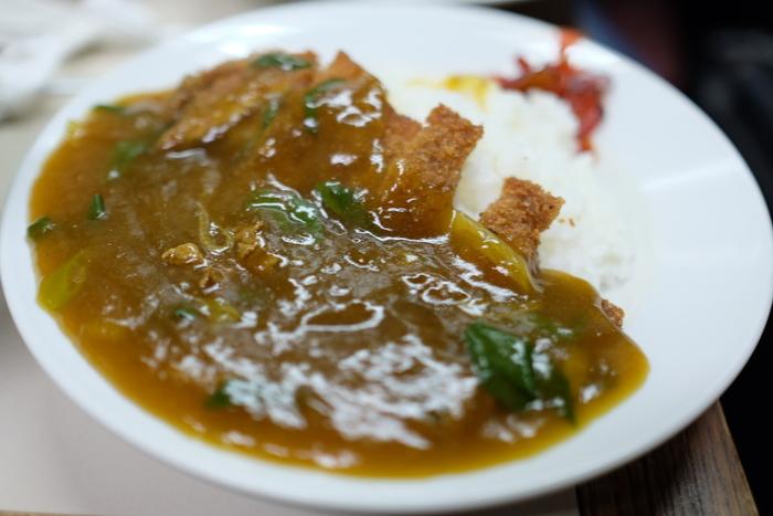 もう一つの大人気メニューが「皿盛」です。カレーうどんの餡を、トンカツライスの上にたっぷりとかけた逸品です。