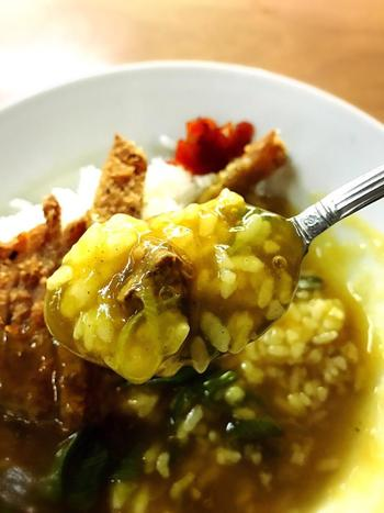 トロミがしっかりとしたカレー餡は、サックリと揚げられたカツとご飯によく馴染んで美味しいと人気です。