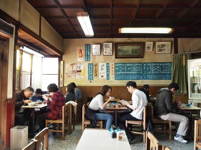 常連客で賑わう店内は、比較的広く、ゆったり。メニューは、にしんそばやたまごとじうどん等の麺類、丼もの等などで、京都の食堂らしいラインナップです。