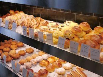 たくさんの美味しそうなパンがずらり。いろいろな種類のパンの品揃えは、京都一といわれています。 お手頃価格で、完成度の高い美味しいパンが買えるのもとてもうれしい。