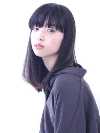 美しい黒髪に惚れ惚れします!肌がとってもきれいに見えますね。風になびくストレートヘアは何物にも代えがたい魅力です。