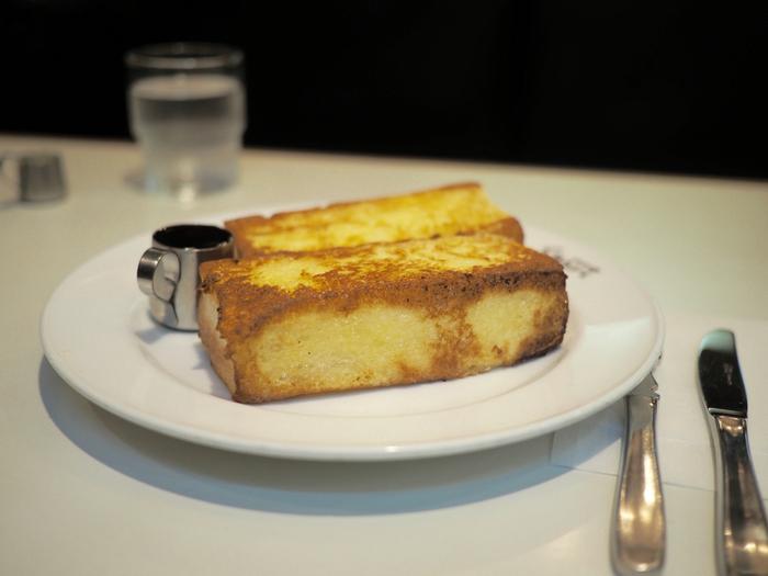 【京都・三条の人気老舗喫茶「スマート珈琲店」は、朝8時からの営業。画像は、名物の「フレンチトースト」。】
