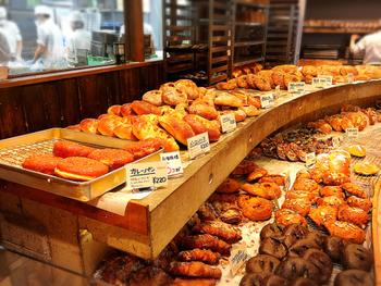焼きたてパンの香りでいっぱいの店内。大きな口でぱくりと食べたくなる美味しそうなパンが並びます。個性あふれるインパクトのあるパンがたくさん。