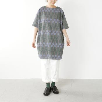 こちらは短め丈のドットライン柄ワンピース。短めの丈のものはパンツを合わせれば大人っぽく着こなせます。