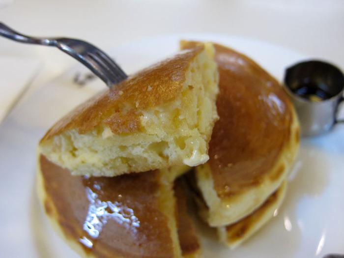 【三条の老舗喫茶「スマート珈琲」のホットケーキ。エネルギーチャージにぴったりの朝食です。】