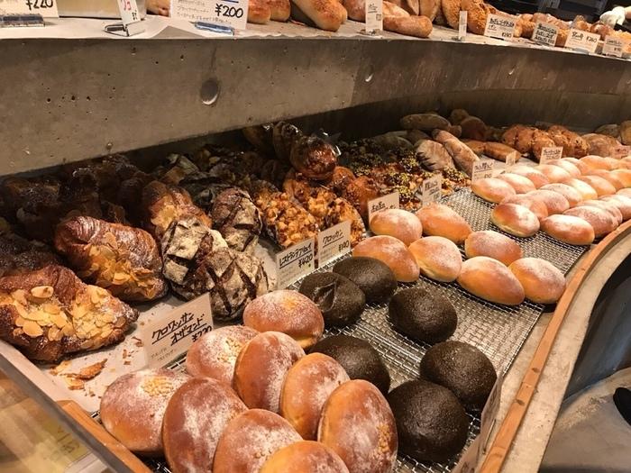 どれも本当に美味しそう。他ではあまり見られないアイデア満載で、どれも食べたくなる美味しそうなパン。一口食べて、美味しさにも感動。
