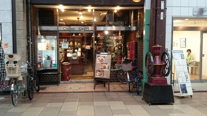 三条駅から徒歩5分程、寺町商店街にある「スマート珈琲店」は、昭和初期創業の老舗喫茶店。地域に根付いた店ですが、週末には店前に行列が出来る程に、観光客にも大人気の店です。  店の1階が喫茶、2階が洋食のランチが頂けるレストランです。珈琲の香りに包まれた店内は、ログハウス風で落ち着いた雰囲気。