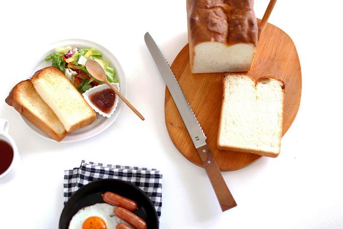 朝食に欠かせないパン、せっかくなら綺麗にカットされたパンを食べたいですよね。「志津刃物製作所|morinoki パン切りナイフ」は、職人さんの手によって一本一本丁寧に作られています。ハンドルには無垢のケヤキを使用し、無機質なナイフに温もりがプラスされています。切れ味がよく、力を入れずに誰でも簡単に美しい切り口の食パンにカットすることができますよ。