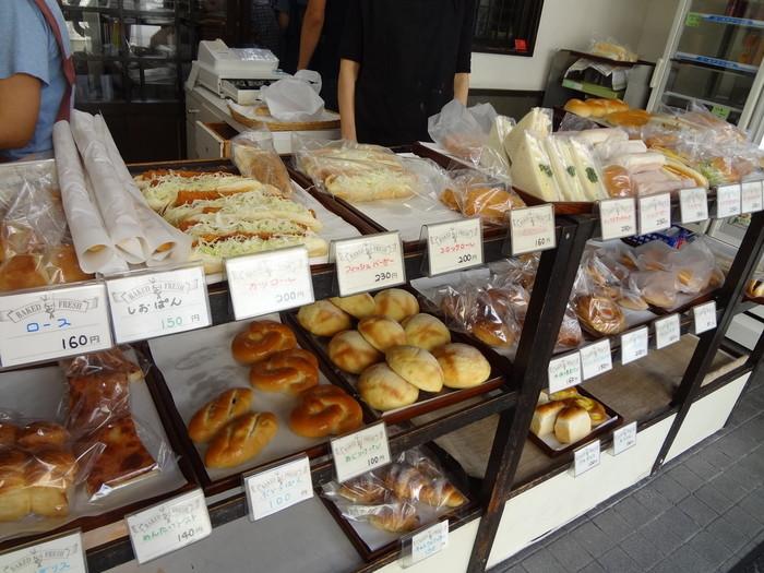 素材のおいしさを活かしたロールパンが人気です。 シンプルながら、昔からずっと愛されてきた優しい味わい。店内のガラス棚には、ずらりと約60種類のパンが並びます。そのほとんどが創業時からずっとお店に並んできたものです。