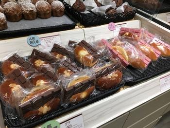 なんと板チョコが1枚挟まった贅沢すぎるパンまで! 飛行機の中でおやつとして食べたいですね。