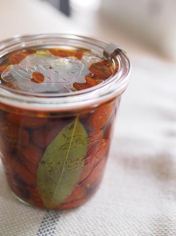 プチトマトで作るセミドライトマト。オーブンでじっくり焼いたトマトを、にんにく、鷹の爪と合わせてオイル漬けにします。パンやピザ、パスタなどいろいろな用途に使えます。