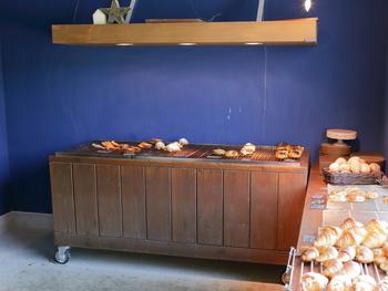 い海のような青い壁が素敵な店内は広く、シンプルで小さなパンがたくさん並んでいます。