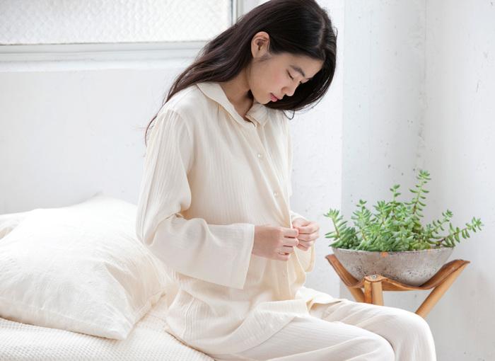 薄手のヘリンボン素材が肌に心地よいパジャマです。シンプルですが少しよったギャザーがガーリーな一枚。